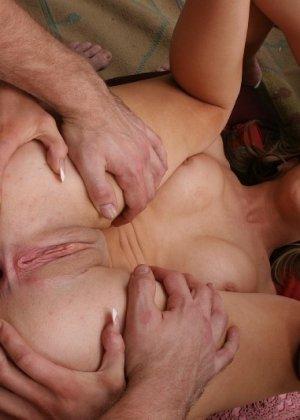 Две милые чики занимаются сексом с одним парнем - фото 14