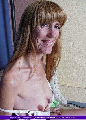 Зрелая дамочка показывает свое тело – она немного стесняется, но всё-таки забывает о своих недостатках - фото 8