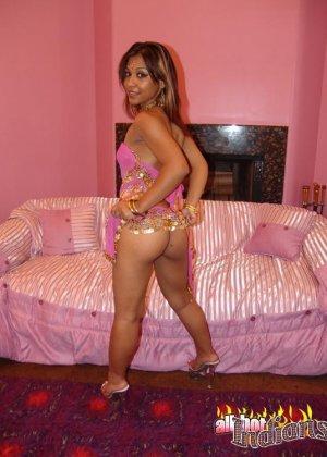 Сексуальная индийская девушка постепенно снимает с себя все и показывает экзотическое обнаженное тело - фото 11