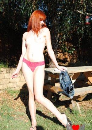 Рыжая голая девушка на прогулку надевает короткие шорты, она надеется, что их снимет сексуальный парень пикаппер - фото 6