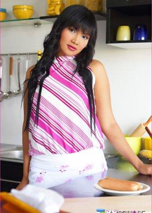 Брнетка Бетси Рю развлекается на кухне с едой, она надевает презерватив на сосиску и сует ее в пизду - фото 8