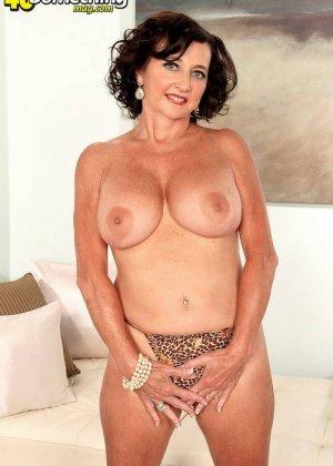 Соло Синди Стар,  зрелая домохозяйка с большими сиськами крутит свои тугие соски и ложится на белый диван - фото 1