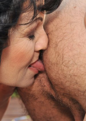 Пожилая женщина и более молодой мужчина обменялись вылизыванием анальных отверстий - фото 12
