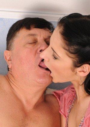 Зрелый мужчина с удовольствием ублажает молоденькую телочку, стараясь доставить ей удовольствие - фото 10