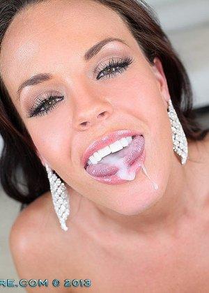 Отсосав хуй, красивая женщина поела вкусной и питательной спермы - фото 10