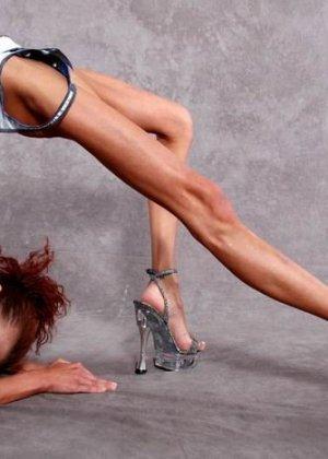 Невероятно худые девушки показывают гибкость тел, эротика специально для любителей худышек - фото 1