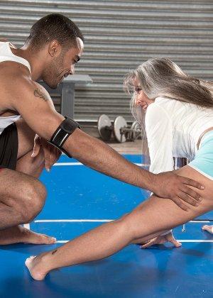 Темнокожий инструктор тренажерного зала, отъебал плоскую матюрку - фото 7