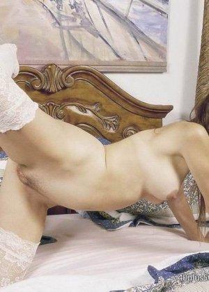 Зрелая шлюшка в чулках раздвигает ножки и показывает розовую щель - фото 4
