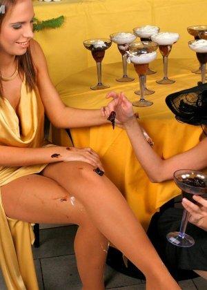 Две гламурные женщины обмазали себя едой во время ужина в ресторане - фото 10