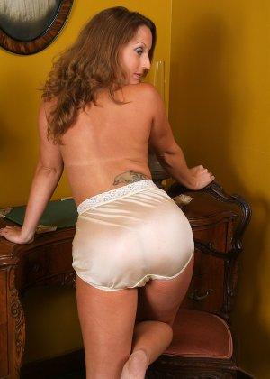 Милфа разглядывает свое обнаженное тело в зеркальце - фото 15