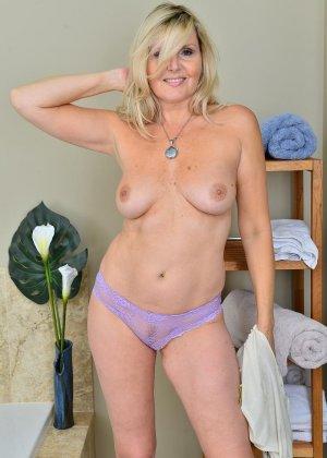Пожилая блондинка хочет заняться мастурбацией - фото 7