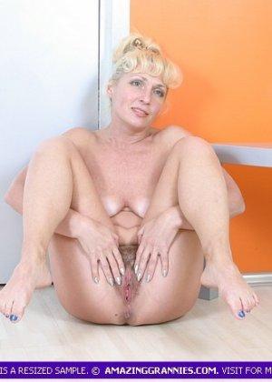 Пожилая блондинка будучи полностью обнаженной показывала свою пизду во всей красе - фото 12