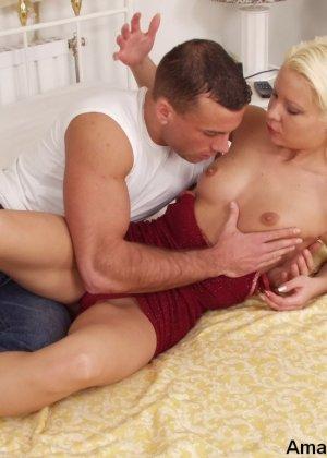 Нежный красивый секс ждет эту шикарную блондинку, она любит длительную прелюдию, а мужик хочет минета - фото 12