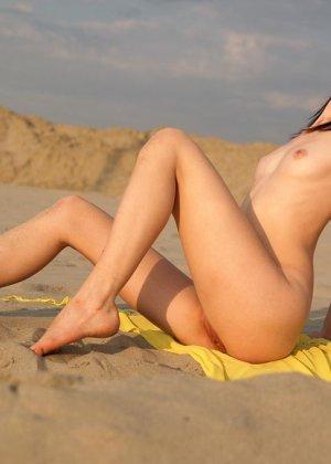 Молодая девушка позирует в пустынном месте - фото 2
