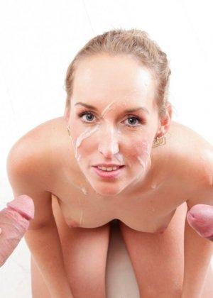 После отсоса у двоих мужчин, лицо Дженни Симонс естественно было покрыто большим количеством спермы - фото 4