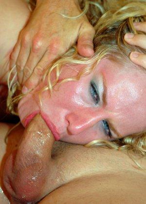 Рыжая блядь сделала минет и получила сперму на лицо - фото 15