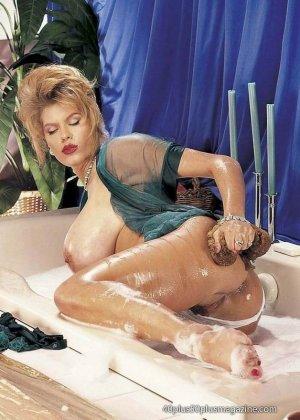 Пухлая зрелая домохозяйка в чулках забирается в ванну, ее одежда мокрая, но ее это не смущает, она играет со своими большими буферами - фото 3
