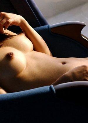 У азиатки Майко Казано аппетитные натуральные форы груди и волосатая пизда, так и хочется зарыться в этот шелк пальцами - фото 6