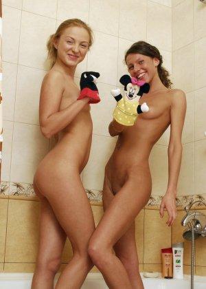 Две лесбиянки помогают друг другу раздеться перед душем, они намерены не трахаться, а немного поиграть - фото 4