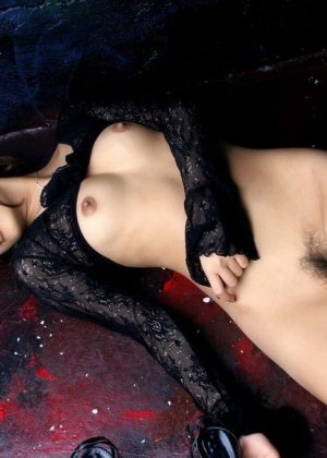 Сара Цукигами эротично позирует - фото 11