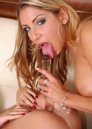 Блондинка пытается расстянуть тугой анус подружки - фото 13