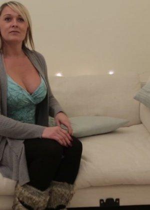 Одетая женщина умело сосет хуй у голого мужчины - фото 9