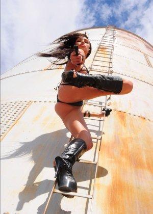 Рози Револьвер снимается в эротической картине, играя роль роковой телки с пистолетом и в одном нижнем белье - фото 14