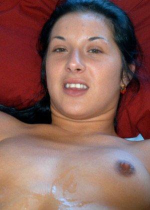 Порно пикап всегда заканчивается страстным кувырканием в постели, эта брюнетка с небольшими сиськами любит быть сверху - фото 3