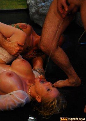 Мужчины по очереди ссали в рот грудастой блондинке - фото 2