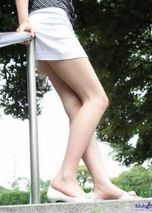 Японская модель Юю показывает пушистый лобок и милую попку - фото 13