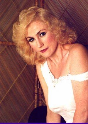 Пожилая грудастая блондинка раздевается до гола, иногда сжимая свои сиськи - фото 7