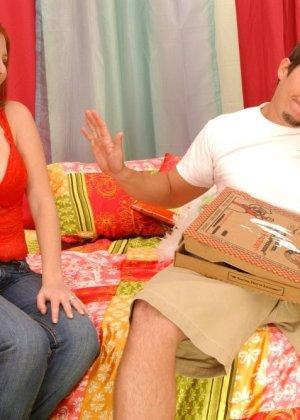 Джинджер Блейз повезло, в коробке с пиццей оказался толстый бонус – стоячий хер разносчика, готовый к сексу - фото 8