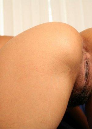 Любительские снимки горячей телки, большая задница которой вам придется по вкусу, так же как и ее пизда крупным планом - фото 12