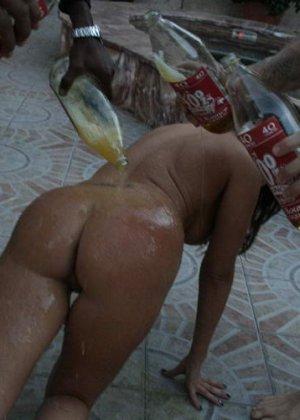 Мексиканка принесла заказ пиццы на дом, где ее трахнули два голодных парня - фото 6