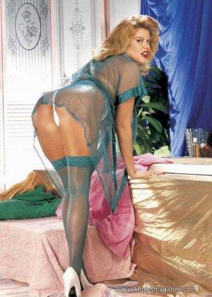 Пухлая зрелая домохозяйка в чулках забирается в ванну, ее одежда мокрая, но ее это не смущает, она играет со своими большими буферами - фото 8
