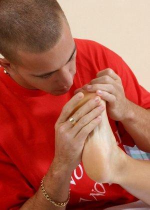Лысый парень облизывает пальцы ног своей подруге - фото 4