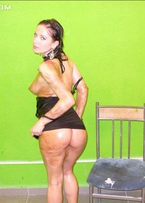 Девушка облила себя чем-то скользким и немного позадирала короткое платье - фото 5