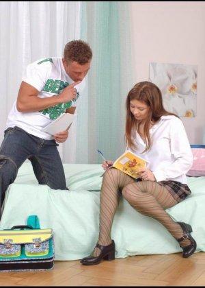 Молодая девушка умело дрочить хуй ножками в чулках своему бойфренду - фото 8