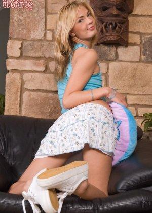 Студентка задирает юбку, а потом снимает трусы и ебется себя самотыком - фото 11