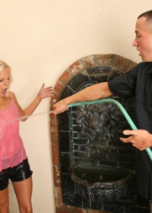Эден Ажамс пригласил соседку в дом, облил водой и дал отсосать большой член, хоть она и боялась его брать - фото 11