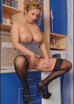 Пухлая домохозяйка в чулках и корсете, блондинка на высоких каблуках показывает большую задницу и вагину - фото 1