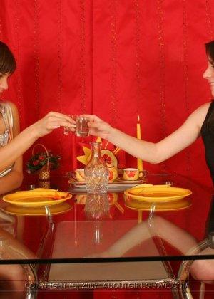 Поужинав, подруги лесбиянки принялись расслабляться - фото 9
