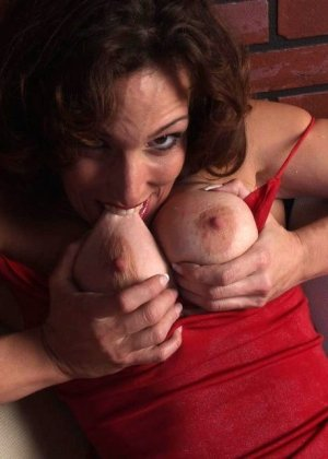 Горячая матюрка покусывает свою грудь - фото 1