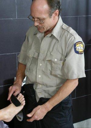 Джессика Ди дала полизать свои пальцы ног мужчине, а потом подрочила ему хуй своими ступнями - фото 1
