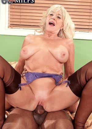 Зрелая блондинка Самеранн на День рождения получила трах с негром с большим хером и осталась довольной - фото 6