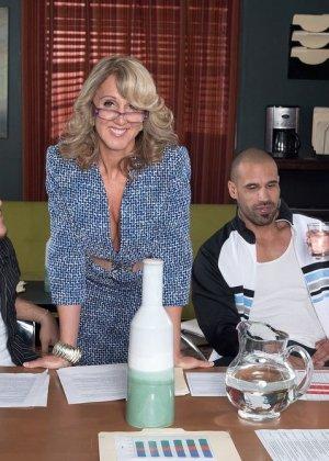 Ради подписания контракта две бизнес леди были готовы трахнуться с двумя мужчинами, но мужчины не очень их хотели - фото 7