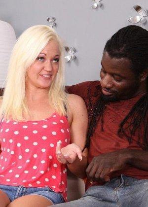 Блондинка просит помощи на дороге, но вместо этого негр приглашает ее в свой номер, межрасовый секс будет незабываемым - фото 12