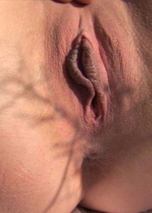 Кристина на свежем воздухе и в высокой траве показывает бритую вагину и узкую анальную дырку крупным планом - фото 3
