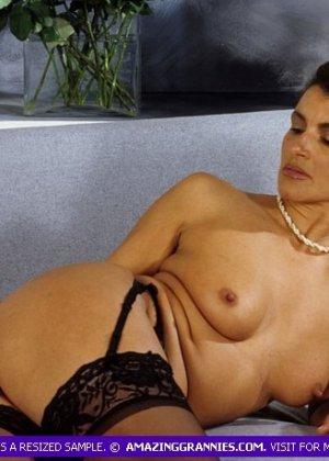 Зрелая дамочка показывает без стеснения свое тело, позволяя наслаждаться каждым сантиметром - фото 5