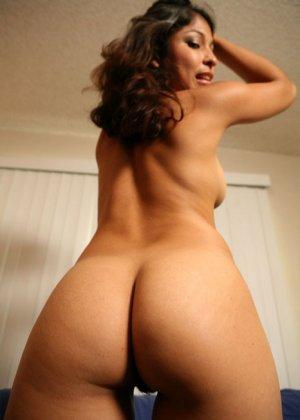 Любительские снимки горячей телки, большая задница которой вам придется по вкусу, так же как и ее пизда крупным планом - фото 1